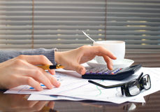 Руки женщины дела в офисе Стоковая Фотография RF