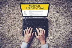 Руки женщины заполняют внутри электронное медицинское заключение в экране компьтер-книжки Стоковое Изображение