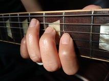 Руки женщины играя гитару Стоковое Изображение RF