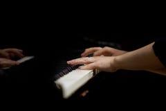 Руки женщины играя рояль Стоковое фото RF