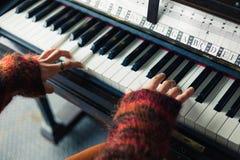 Руки женщины играя рояль Стоковое Изображение