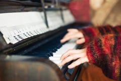 Руки женщины играя рояль Стоковые Изображения RF