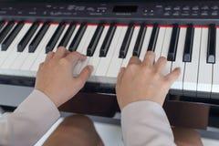 Руки женщины играя рояль Стоковые Фотографии RF