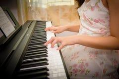 руки женщины играя рояль Стоковое Фото