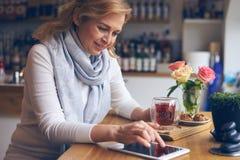Руки женщины используя цифровую таблетку с черным экраном Стоковое Фото