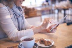Руки женщины используя цифровую таблетку Стоковая Фотография RF