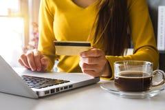 руки женщины используя smartphone и кредитную карточку держать стоковые фотографии rf