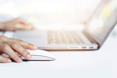 Руки женщины используя мышь с клавиатурой компьтер-книжки стоковое изображение rf