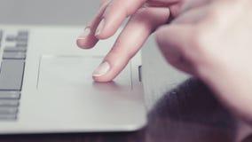 Руки женщины используя trackpad на портативном компьютере акции видеоматериалы