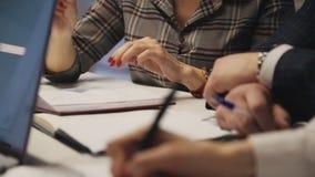 Руки женщины и человека с ручкой, делая примечания в повестке дня сток-видео