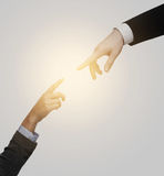 Руки женщины и человека пробуя соединиться Стоковое Изображение RF