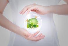 Руки женщины над телом держат землю eco дружелюбную Стоковые Изображения