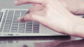Руки женщины печатая на портативном компьютере видеоматериал