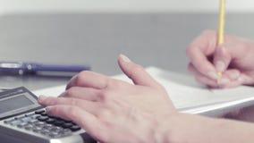 Руки женщины писать с карандашем акции видеоматериалы