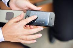 Руки женщины пишут вниз телефонный номер Стоковая Фотография RF
