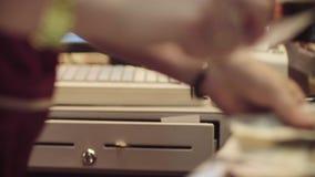 Руки женщины подсчитывая деньги на кассовом аппарате видеоматериал