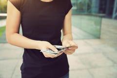 Руки женщины подсчитывая деньги Стоковые Изображения