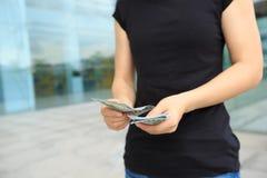 Руки женщины подсчитывая деньги Стоковые Фотографии RF
