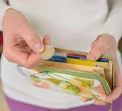 Руки женщины подсчитывая монетки Стоковое фото RF