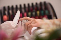 Руки женщины получая маникюр Стоковая Фотография