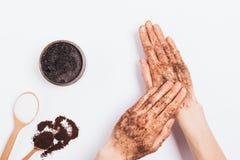 Руки женщины прикладывают массажировать движения косметика scrub стоковое фото rf