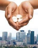 Руки женщины приданные форму чашки показывая монетки евро Стоковое Изображение RF