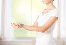 Руки женщины приданные форму чашки Стоковое Фото