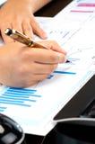 Руки женщины работая на бизнесах-отчетах Стоковые Изображения