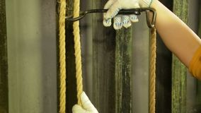 Руки женщины работник сцены в перчатках извлекают держатель из кабеля занавеса театра видеоматериал