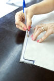 Руки портноя на ткани Стоковое Изображение