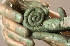 Руки женщины создавая ремесло от голубой глины Стоковое Изображение RF