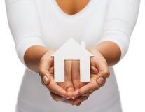 Руки женщины с бумажным домом стоковые изображения rf