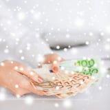 Руки женщины с деньгами наличных денег евро Стоковая Фотография