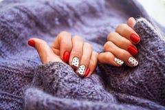 Руки женщины с красивым свитером knit тенденции зимы делать Стоковая Фотография