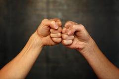 2 руки женщины с кулаками в приветствуя жесте стоковые фотографии rf