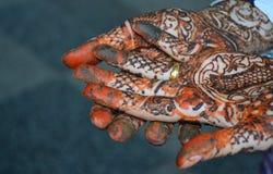 Руки женщины с татуировкой mehndi Стоковые Изображения RF