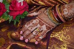 Руки женщины с татуировкой mehndi Стоковое фото RF