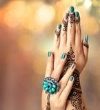 Руки женщины с черной татуировкой mehndi Стоковая Фотография RF