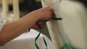 Руки женщины украшают стулья на свадебной церемонии акции видеоматериалы