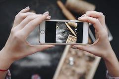 Руки женщины фотографируя печь детали стоковое изображение