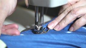 Руки женщины шить на швейной машине сток-видео
