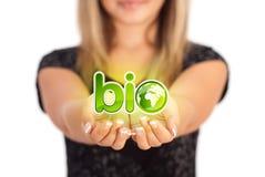 Руки женщины держа знак ECO Стоковое Фото
