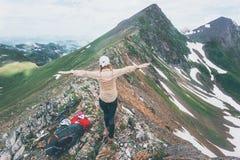 Руки женщины Hiker счастливые поднятые на образе жизни перемещения саммита горы рискуют исследовать летних каникулов концепции вн Стоковые Фото