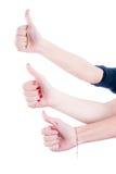 Руки женщин в жесте большого пальца руки поднимающем вверх Стоковая Фотография