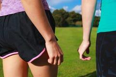 Руки 2 женщин в sportswear Стоковое Изображение