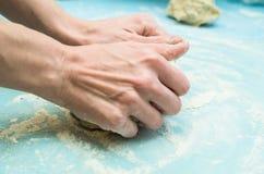 Руки женщин замешивают тесто Стоковые Изображения