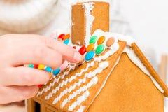 Руки женщин зафиксированы к крыше покрашенных dragees Стоковая Фотография