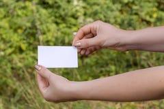 Руки женщин с карточкой Стоковые Изображения RF