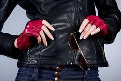 Руки женщин с солнечными очками Стоковые Изображения RF