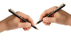 руки завертывают сочинительство в бумагу 2 белизн Стоковое Фото